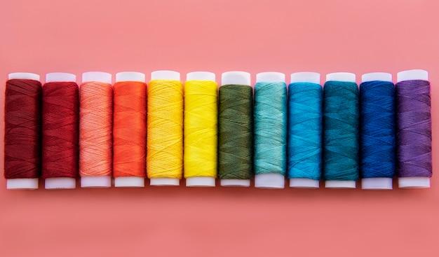 Szpule nici w kolorach tęczy