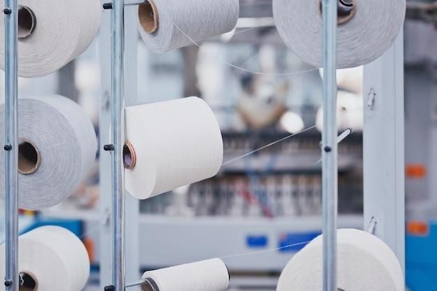 Szpulka na fabryce włókienniczej z bliska okrągła dzianina