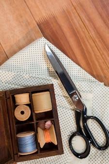 Szpulki nici z kawałkiem tkaniny