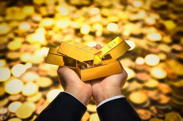 Sztabka złota pod ręką