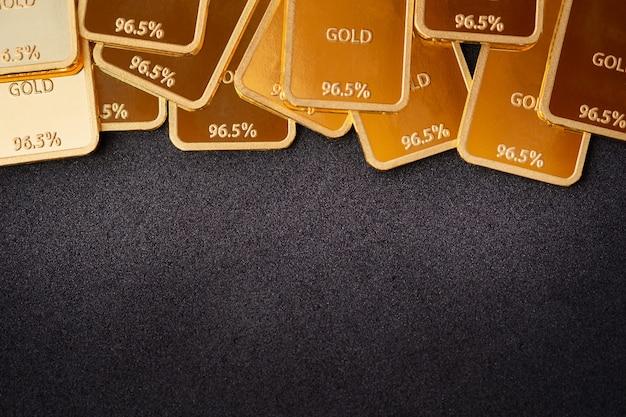 Sztabki złota na czarnym tle. koncepcja stabilności. tło sztabki złota