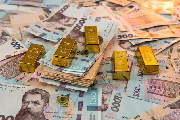 Sztabki złota na nowy banknot ukrainy 1000 ad tła. koncepcja oszczędzania i pieniędzy. ukraińskie pieniądze.