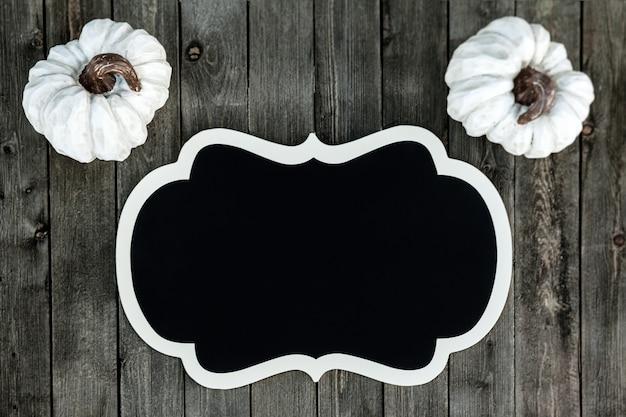 Sztandar z białymi dyniami na drewnianym tle
