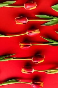 Sztandar z bukietem czerwonych tulipanów. leżał z kwiatami, widok z góry
