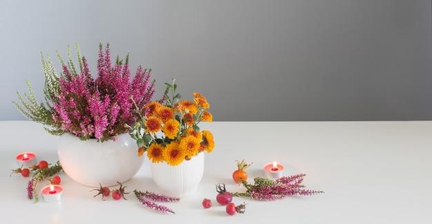 Sztandar z żółtymi kwiatami z płonącymi świecami na szarym tle