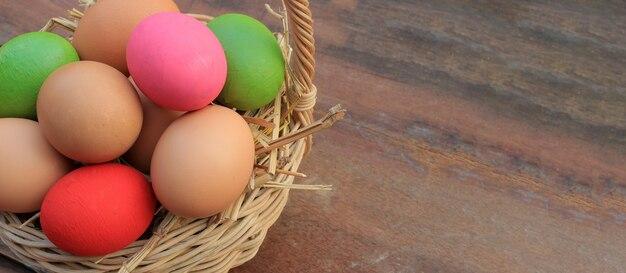 Sztandaru tło z kopii przestrzenią, kolorowi wielkanocni jajka na drewnianym