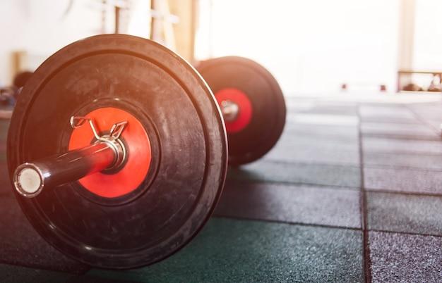 Sztanga zbliżenie na podłodze siłowni