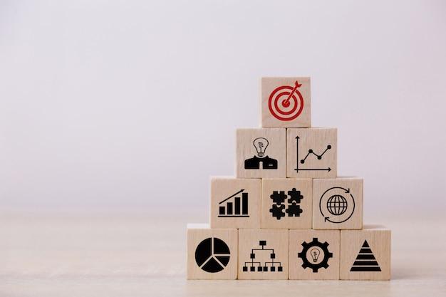 Sztaplowanie drewnianych bloków w kroki, koncepcja sukcesu wzrostu biznesu