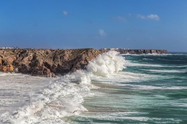 Sztormowy wiatr i fala fal w sagres algarve. portugalia.