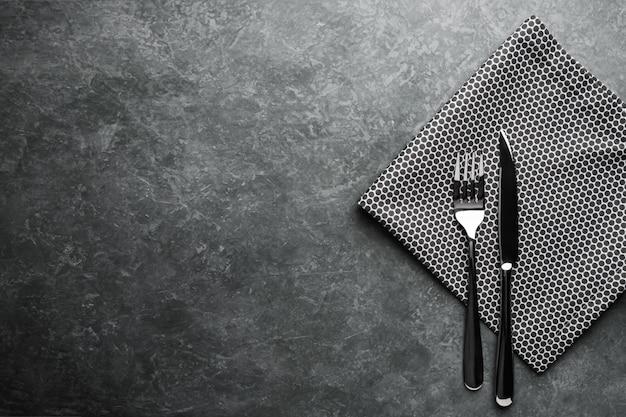 Sztućce na stole. widelec i nóż z serwetką. widok z góry.