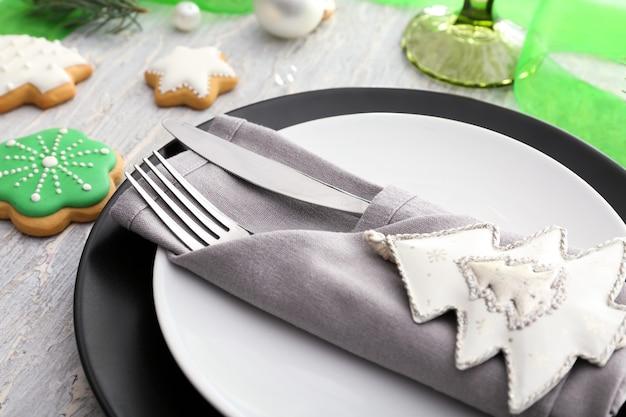 Sztućce ze stylowym wystrojem świątecznym na talerzu, zbliżenie