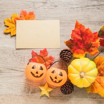 Sztuczka lub psikus kosze i symbole jesieni w pobliżu papieru