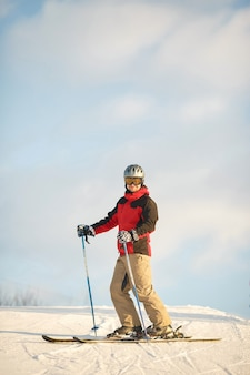 Sztuczki narciarskie. słoneczna pogoda zimą. spędzaj czas na nartach