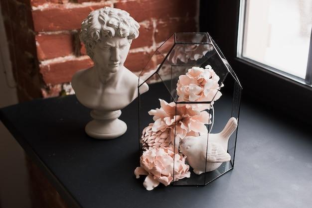 Sztuczna kompozycja kwiatowa. dekoracja domowa. wystrój do studia. klasyczny wystrój. sztuczne kwiaty. diy ozdobne kwiaty. głowa davida.