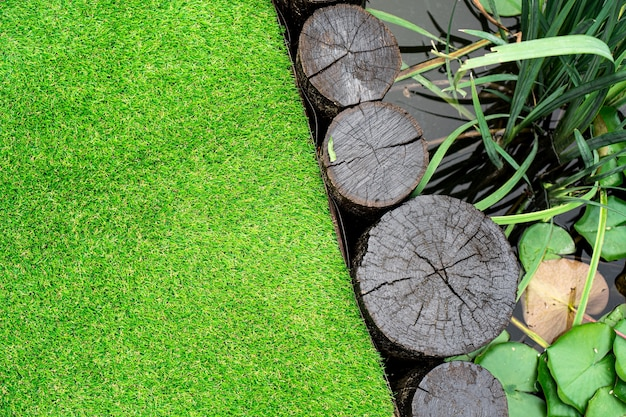 Sztuczna trawa za oczkiem wodnym na podwórku