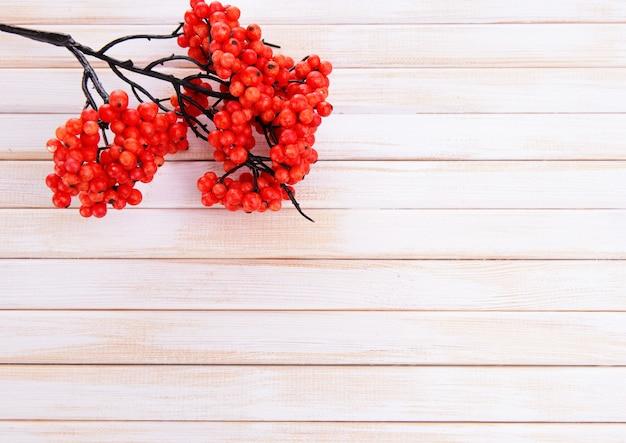 Sztuczne jagody na drewnianym tle