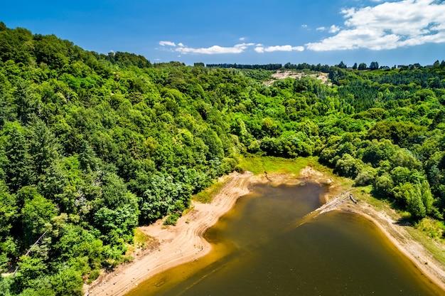 Sztuczne jezioro na rzece dordogne w pobliżu zamku chateau de val. owernia, francja