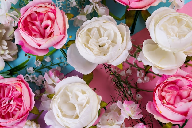 Sztuczne kwiaty w tle. zbliżenie kwiatowy bukiet