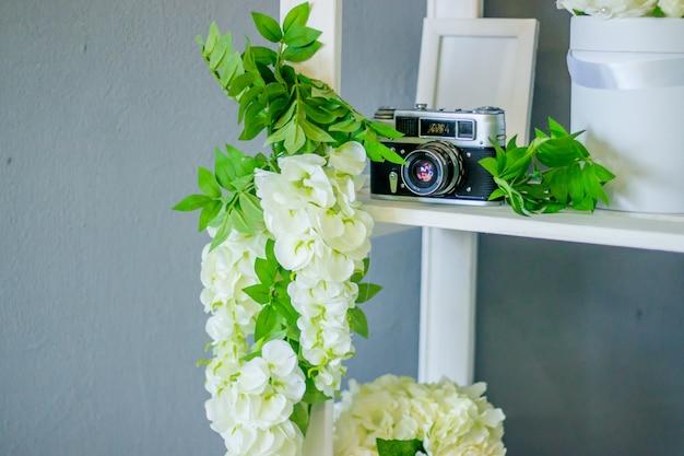 Sztuczne kwiaty wykonane z papieru. dekoracja. dekoracje.