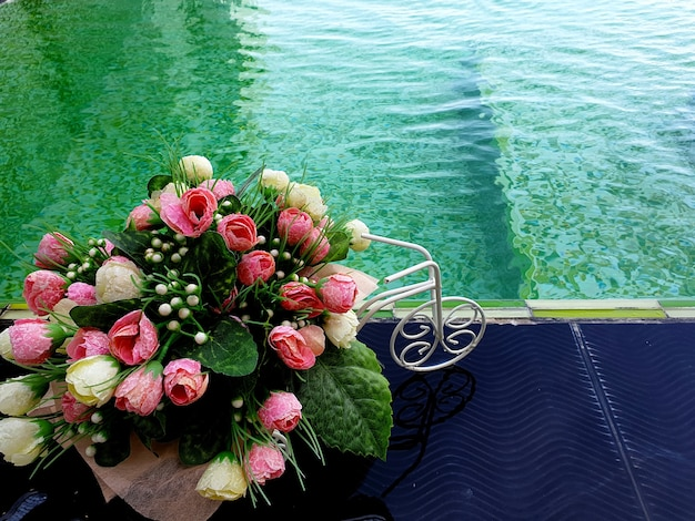Sztuczne róże kwiaty z bliska zielony basen