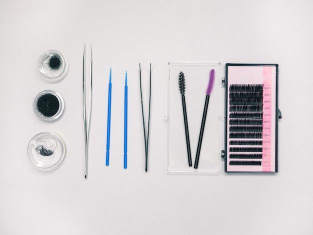 Sztuczne rzęsy i narzędzia do ich przyklejania.