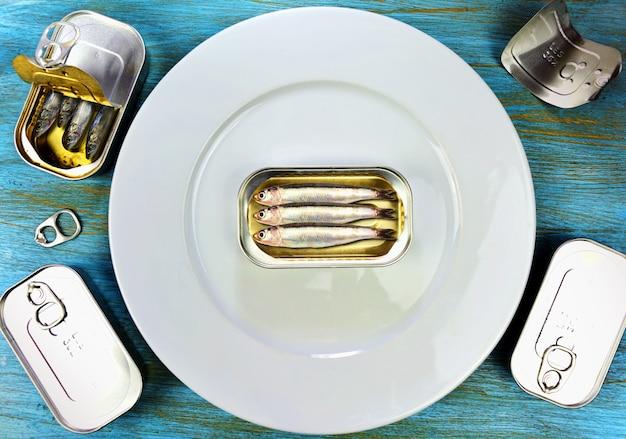 Sztuczne sardynki przynęty na talerzu do jedzenia