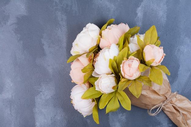 Sztuczny bukiet kwiatów na niebiesko.