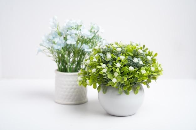Sztuczny kwiat, plastikowe kwiaty w wazonie na białym tle