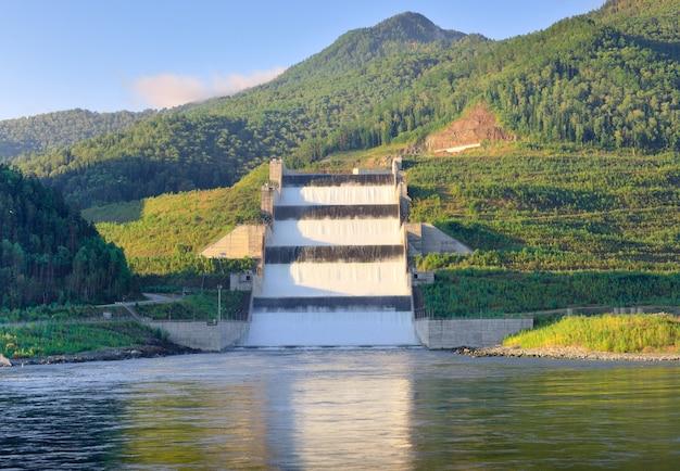 Sztuczny wodospad na górskich brzegach rzeki jenisej syberia rosja
