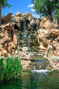 Sztuczny wodospad w parku