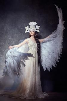 Sztuka anioła dziewczyna uskrzydla czarodziejskiego wizerunek. księżniczka łabędzia