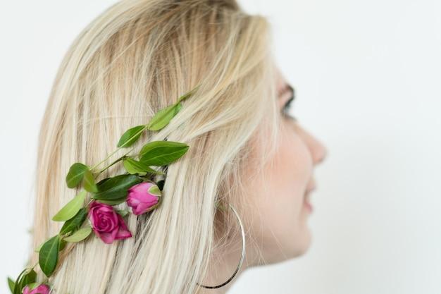 Sztuka fryzjerska. kreatywna fryzura. romantyczne letnie upięcie z kwiatowymi dodatkami.