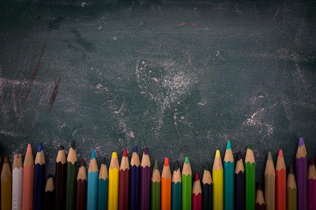 Sztuka koloru ołówki na pokładzie tła