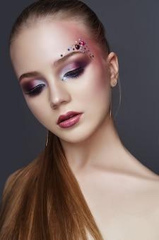 Sztuka makijażu na brwiach kobiet wiele dżetów