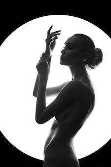 Sztuka naga kobieta z idealnym ciałem i figurą na białym tle. pielęgnacja urody i skóry, naturalne zdrowe kosmetyki, blondynka z dużym biustem. seksowna dziewczyna