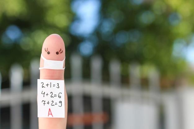 Sztuka palca dziewczyny. studentka koncepcji w masce medycznej z covid-2019.