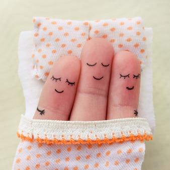 Sztuka palca. szczęśliwy mężczyzna śpi z dwiema kobietami.