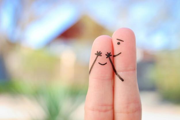 Sztuka palce szczęśliwej pary. chłopak zamknął oczy na dziewczynę. koncepcja dziewczyny zgadła, kto zamknął oczy.