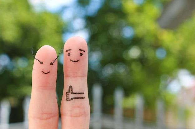 Sztuka palce szczęśliwej pary. mężczyzna lubi kobiece długie rzęsy.