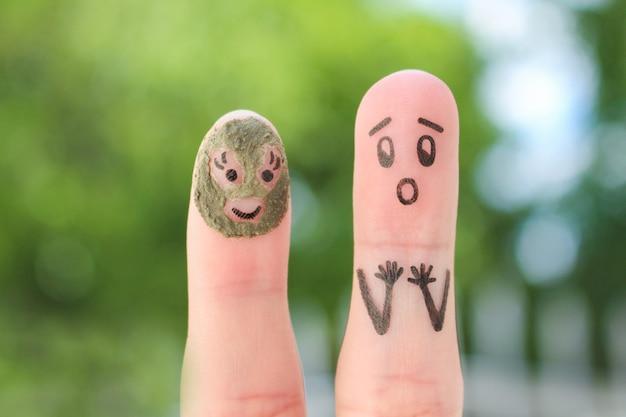 Sztuka palców pary. mąż zobaczył swoją żonę w glinianej masce i przestraszył się.