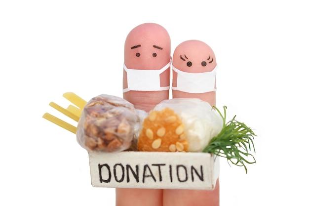 Sztuka palców pary z maską na twarz mężczyzna i kobieta trzyma pudełko darowizny z jedzeniem na białym tle