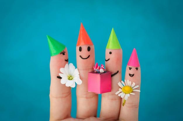 Sztuka palców przyjaciół. grupa dzieci na przyjęciu urodzinowym.