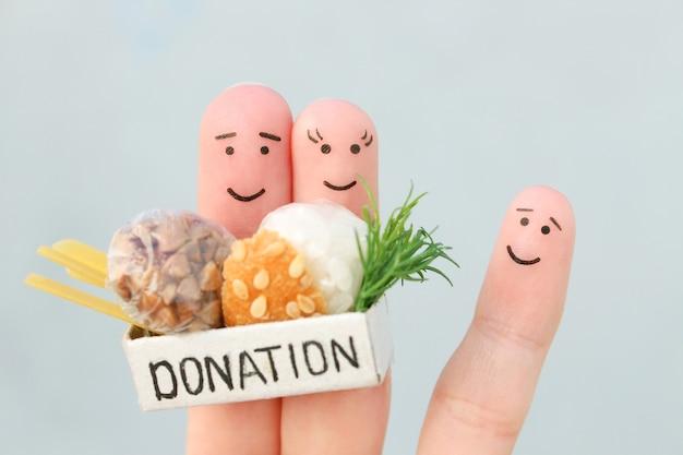 Sztuka palców rodziny. mężczyzna i kobieta trzyma pudełko darowizny z jedzeniem.