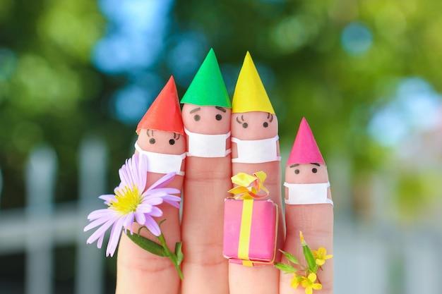 Sztuka palców rodziny w masce medycznej z covid-2019 świętuje urodziny.
