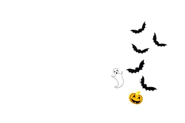 Sztuka papieru halloween. latające nietoperze z czarnego papieru, dynie i duchy na białym tle.