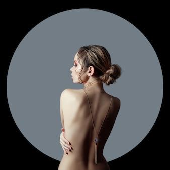 Sztuka piękna naga kobieta na czarnym tle w szarym pierścieniu koła. idealne ciało, smukła sylwetka.