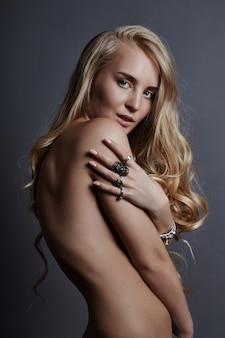 Sztuka piękna naga kobieta z pierścionkami na palcach