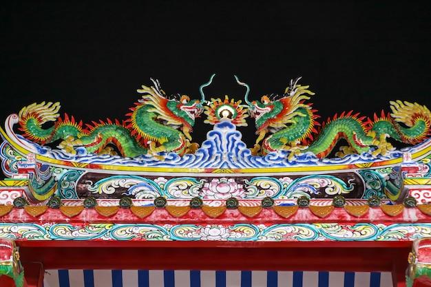Sztuka podwójnego smoka na szczycie chińskiej świątyni smoczej bramy