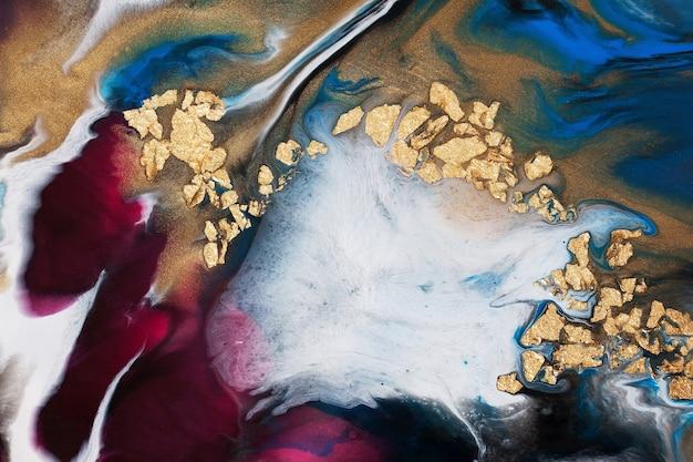 Sztuka żywicy. malarstwo abstrakcyjne. akryl wylewany z dodatkiem złotej folii.