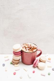 Sztuka żywności. makaroniki i latte. gorący napój z ciastami, piankami i cukierkami.
